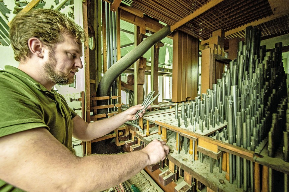 Alles moet mee van het orgel in de dorpskerk van Woubrugge, weet orgelbouwer Adjan Smitsman.
