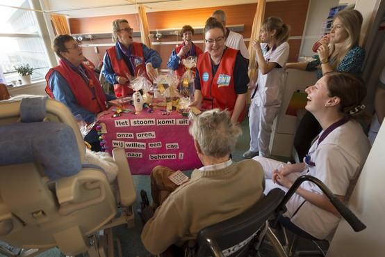 Taart en duimpjes van patiënten voor de verpleegkundigen van actievoerend Alrijne