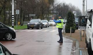 Olie op de weg door heel Katwijk; auto's glijden van de weg, fietsers onderuit