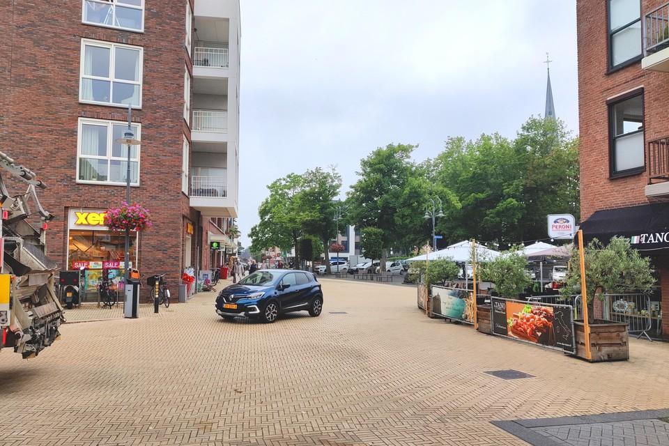 De uitbreiding van het terras aan de kant van de Hoofdstraat. Auto's die recht oversteken vanuit de Hortuslaan zijn pas laat zichtbaar.
