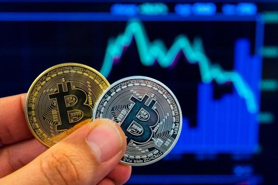 Man uit Noordwijk aangehouden voor witwassen van 2 miljoen met bitcoins: kilo's goud, auto en sieraden in beslag genomen