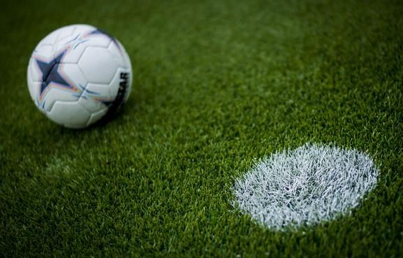 Leidse voetbalclubs kunnen kiezen: opheffen of fuseren