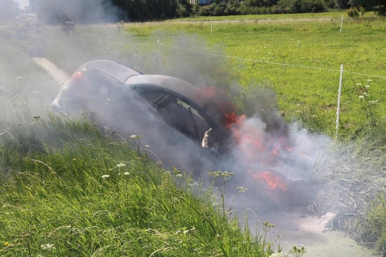Gewonde en heftige autobrand in Noordwijk, buschauffeur helpt met blussen [video]