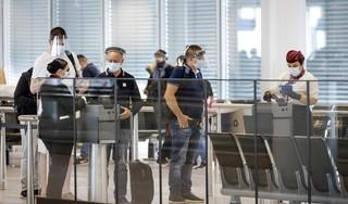 Het is te gek voor woorden dat luchtreizigers Schiphol nog steeds niet vooraf verplicht getest worden op corona | commentaar
