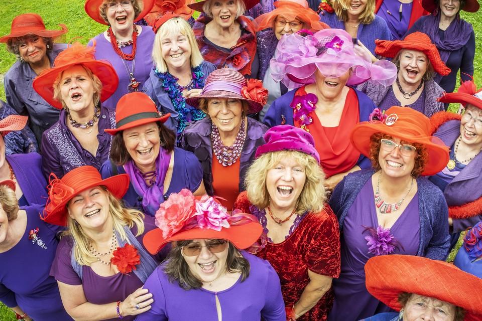 De dames van de Red Hat Society in Alkmaar hebben een bijeenkomst in paars en rood.