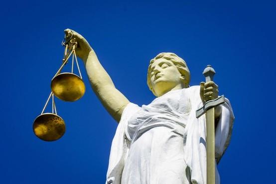 Leidse broer van vermeende ontuchtcoach beschuldigd van stalking ex, rechtszaak aangehouden