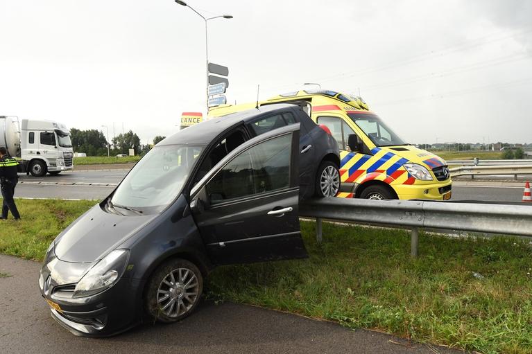 Automobilist eindigt op vangrail en raakt gewond in Hoogmade