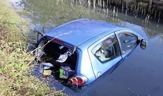 Ravage in Hillegom: automobilist ramt fietsenstalling en busje én rijdt water in