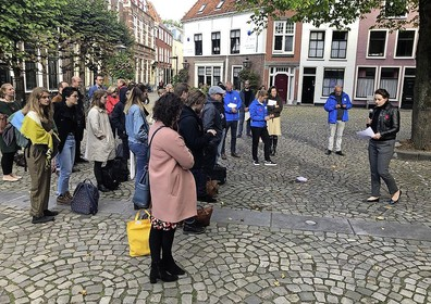 Protestbeweging WOinActie demonstreert rondom Leidse Pieterskerk tijdens opening academisch jaar