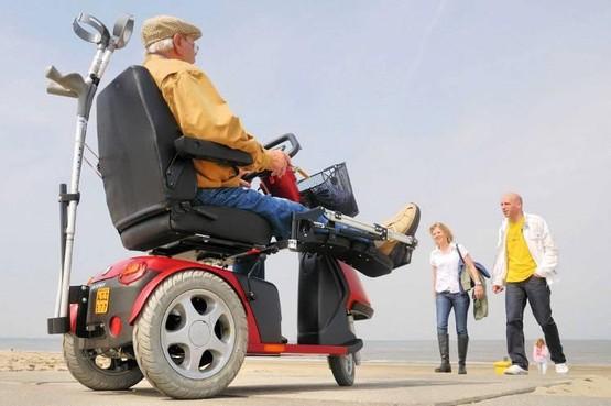 Mindervaliden via pad naar zee in Noordwijk