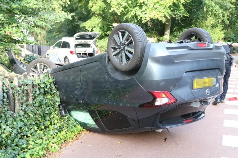 Auto op de kop in Lisse, bestuurster gewond