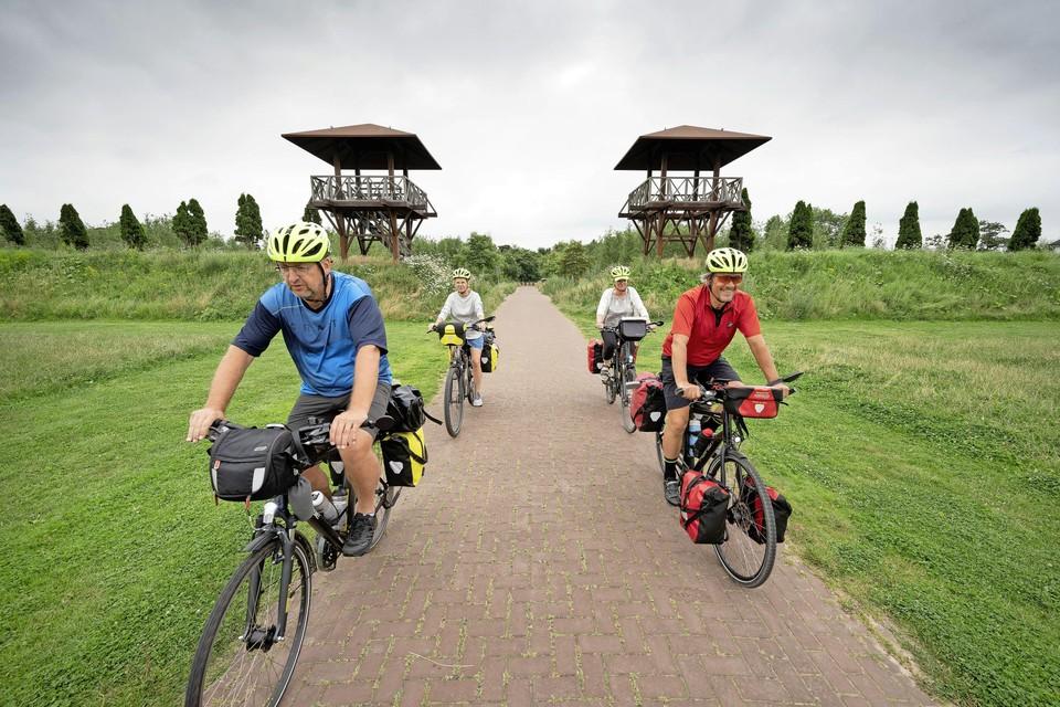 Toeristen die de limes-route fietsen, rijden door Park Matilo.