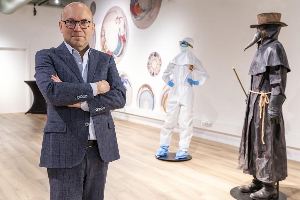 Museumdirecteur Amito Haarhuis op de expositie 'Besmet!'.