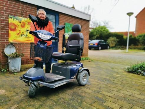Lida Zwaan krijgt haar zin en mag een scootmobiel met vier wielen gaan uitproberen