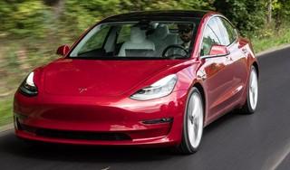 Tesla-bestuurder krijgt boete voor het bedienen van de ruitenwissers