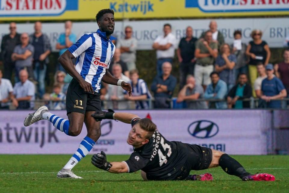 Darren Maatsen schuift de bal langs Noordwijk-goalie Lars Jansen.