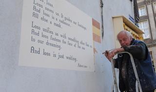 In Memoriam: Jan Willem Bruins (1946-2021), de schilder van de Leidse muurgedichten [video]