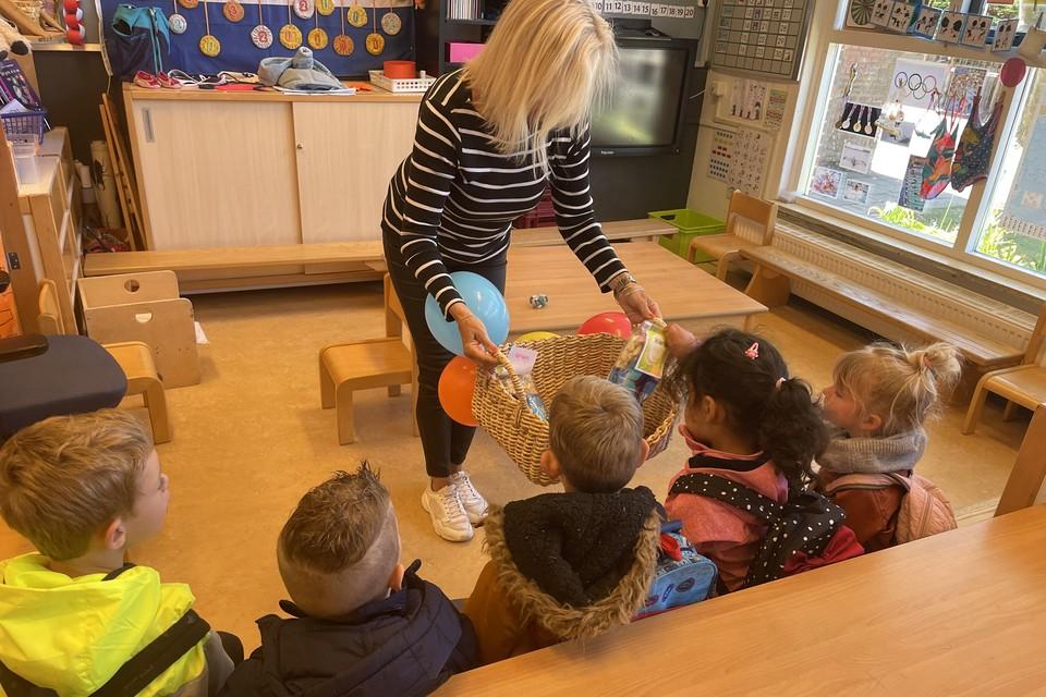 De docent in basisschool Morskring deelt een traktatie uit om het Suikerfeest te vieren.