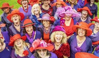Er komt een leeftijd waarop je lekker gaat dwarsliggen in je paarse jurk