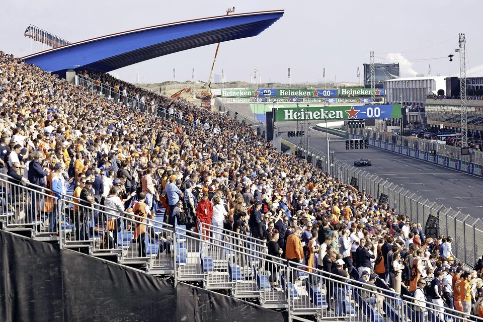 Fans op de tribune tijdens de eerste vrije training op het circuit van Zandvoort. Voor het eerst sinds 36 jaar wordt op Circuit Zandvoort de Formule 1-wedstrijd Dutch Grand Prix Zandvoort verreden.