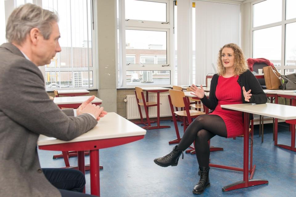 Lerares Kim van Strien legt op 'haar' Pieter Groen uit aan kandidaat-voorzitter van de FNV, Tuur Elzinga, uit hoe het zit in onderwijsland.