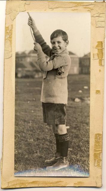 Ebel Magnin doet voor hoe hij werd meegesleurd door het touw van de luchtballon.