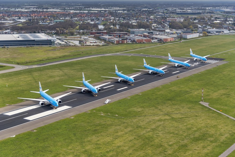 Op Schiphol blijven de vliegtuigen aan de grond.