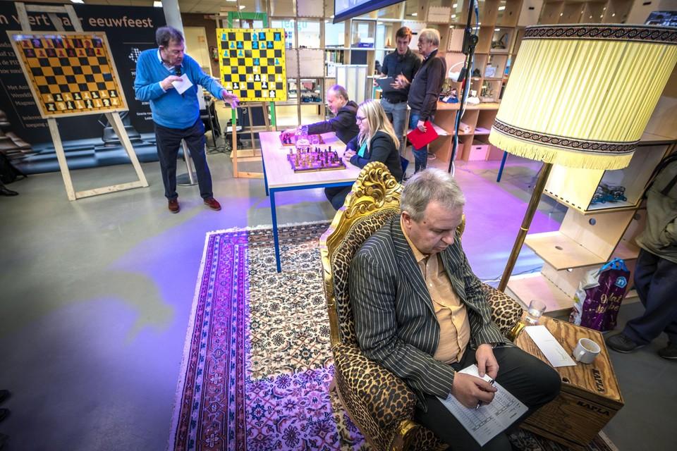 John van der Wiel schaakt blind tegen Leonore Braggaar en burgemeester Henri Lenferink.
