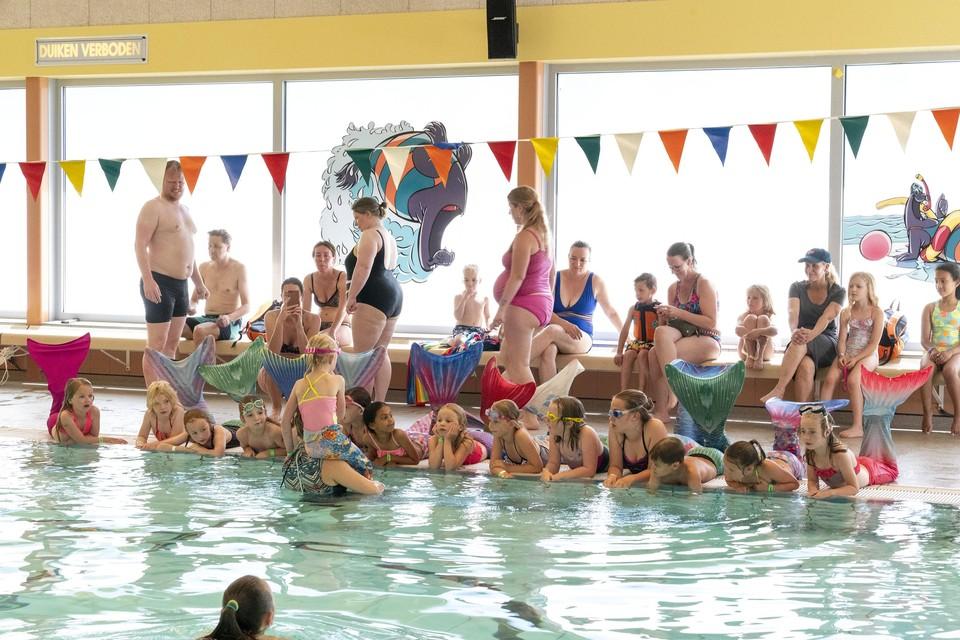 Zeemeerminzwemmen in zwembad De Hoorn.