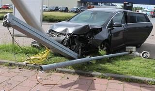 Grote ravage na klap tegen lantaarnpaal in Rijnsburg, twee gewonden [video]