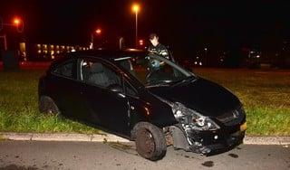 Auto vliegt uit de bocht en ramt lantaarnpaal in Leiderdorp, bestuurder gaat ervandoor
