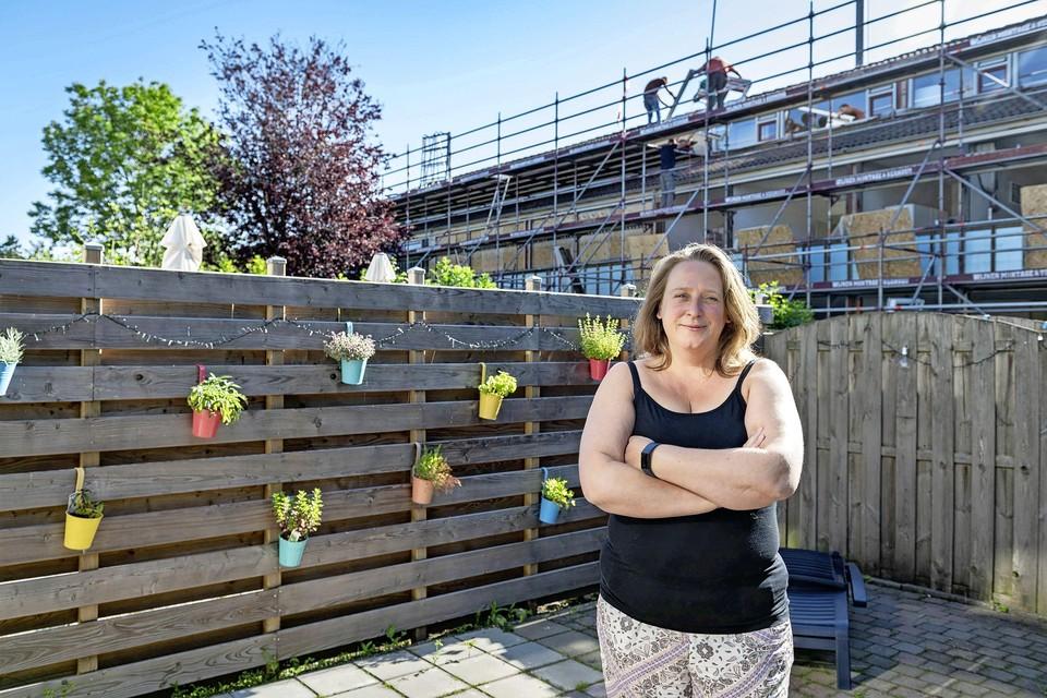 Vanuit de achtertuin van Linda van der Voorts is te zien dat steigers bij de huurhuizen worden geplaatst omdat de verbouwingen gaan beginnen.