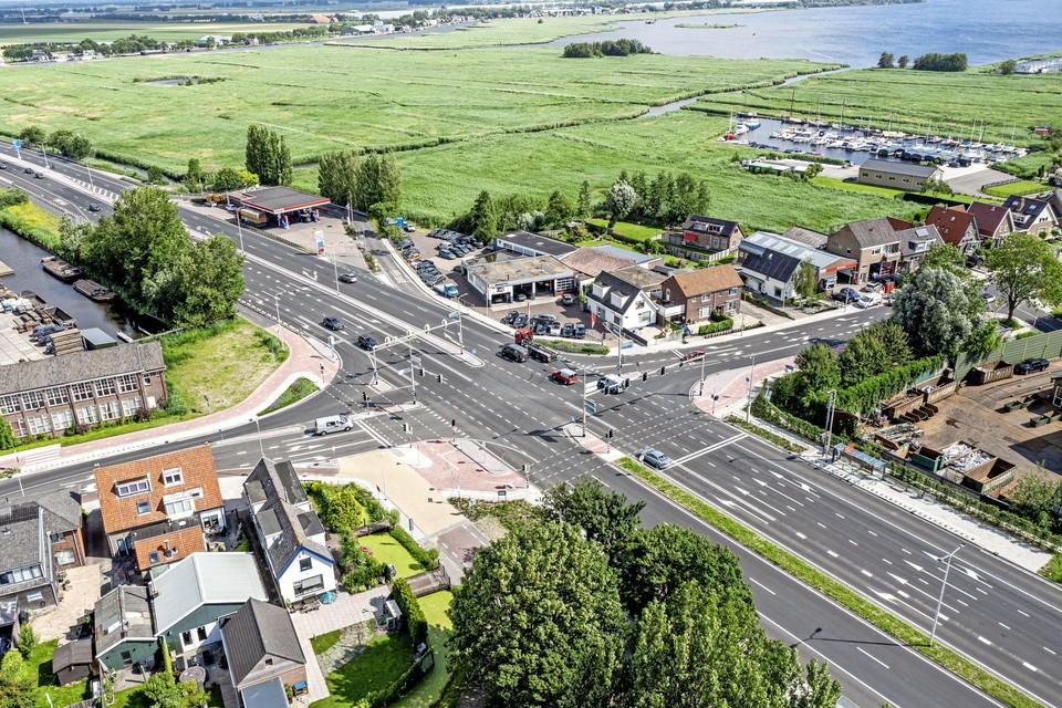 De kruising N207-Dokter Stapenséastraat-Burgemeester Bakhuizenlaan in Leimuiden; rijp voor een flitspaal?