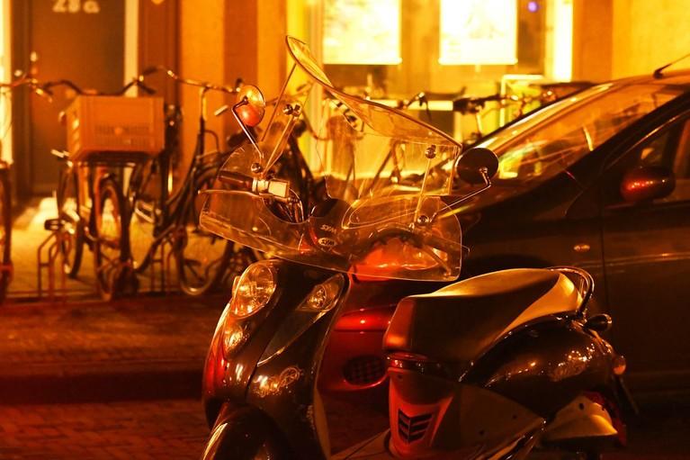 Voetganger gewond bij aanrijding met scooter in Leiden