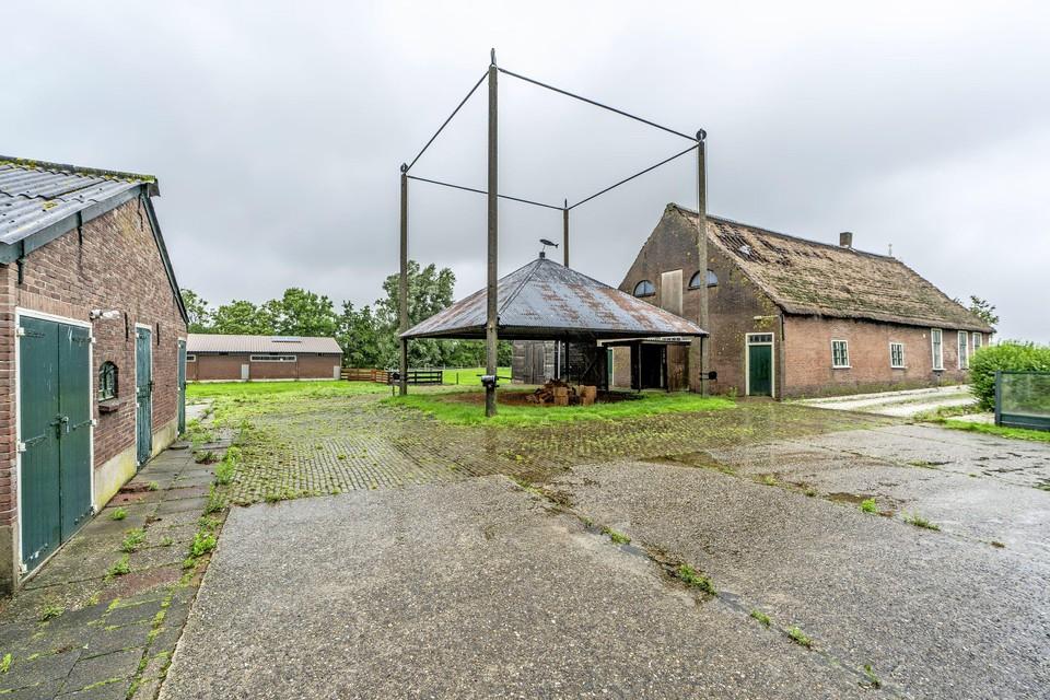 Ofwegen 7 in Woubrugge; als de sloop- en nieuwbouwplannen van de eigenaar doorgaan, blijft alleen de hooiberg staan.