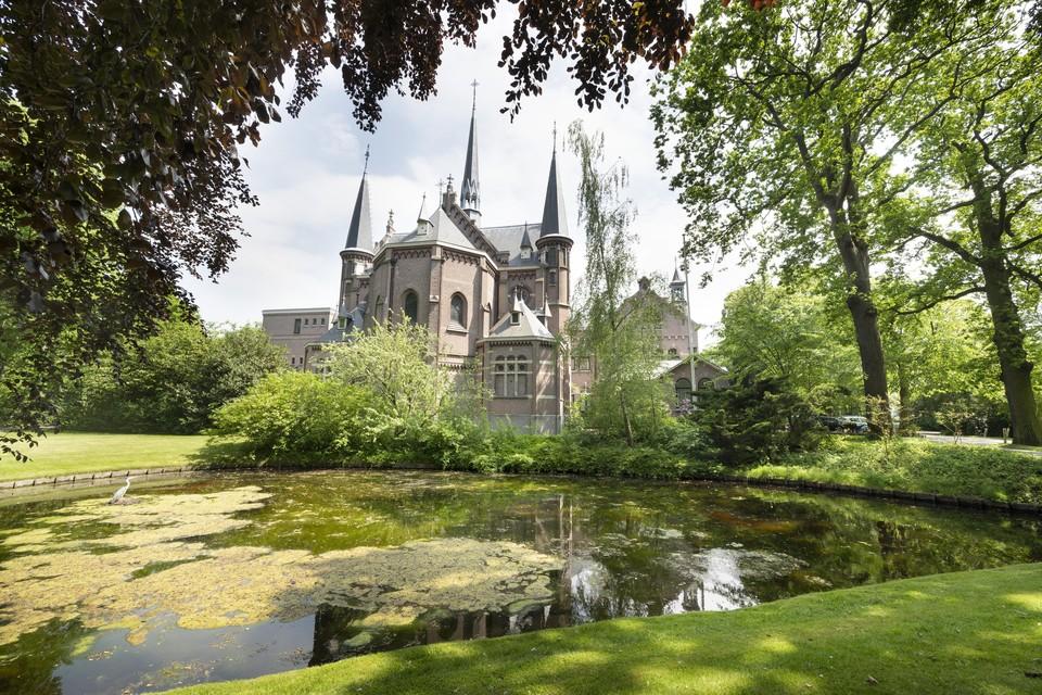 De kapel van Huize Bijdorp. Daarachter bevindt zich het hoofdgebouw met twee zijvleugels die plaats maken voor nieuwbouw.