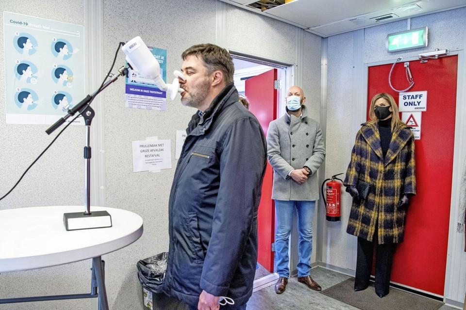Oprichter David van Hartskamp (midden) van Baarns sneltestbedrijf Lead Healthcare toont koningin Maxima de ademtest - nu nog toekomstmuziek.
