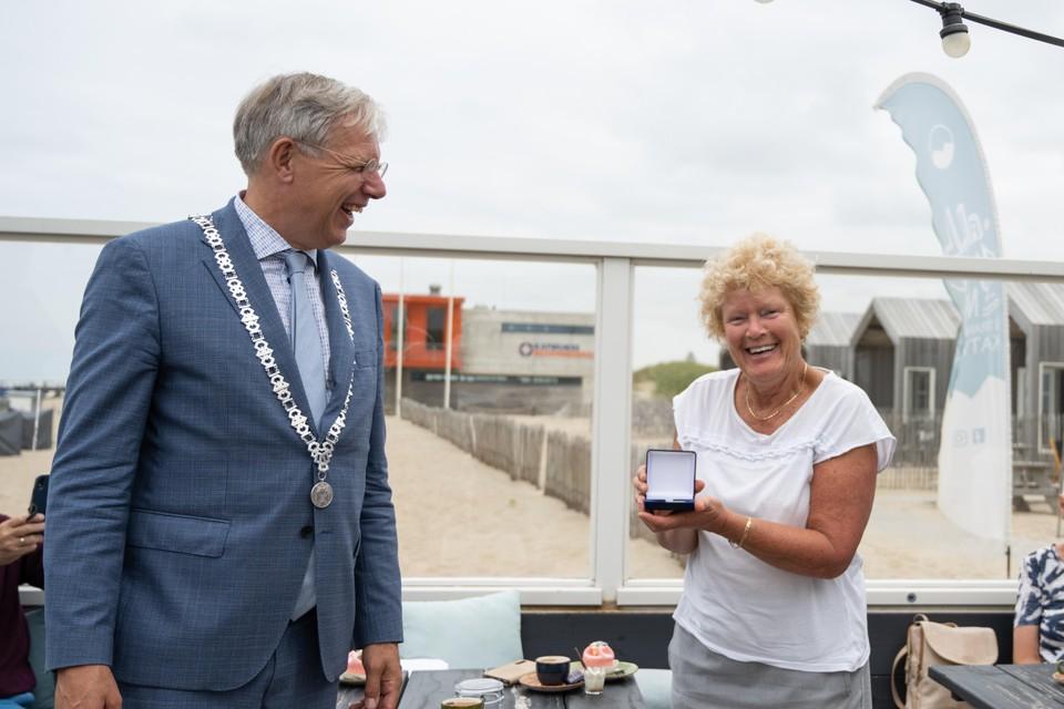 Burgemeester Cornelis Visser en Blondi van der Woude, donderdagavond bij het Katwijkse strand.