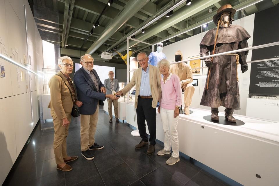 De overhandiging van de penning aan Har Meijer in museum Boerhaave.