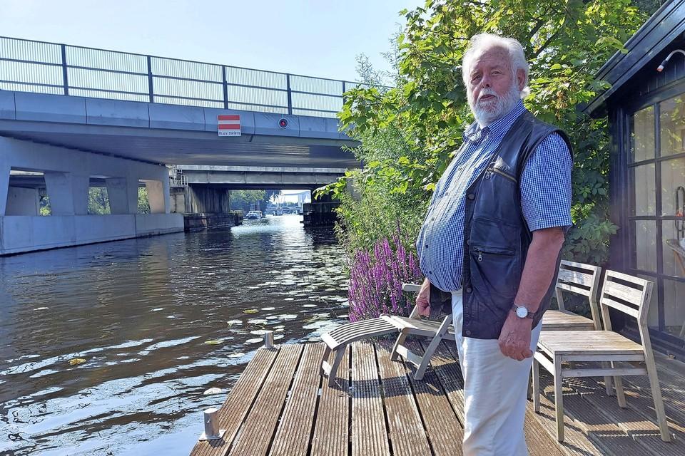 Casper Schraven op zijn terras aan de Oude Rijn. Hij zit er bijna nooit meer, omdat hij zich ergert aan het lawaai van de brug in de A44.