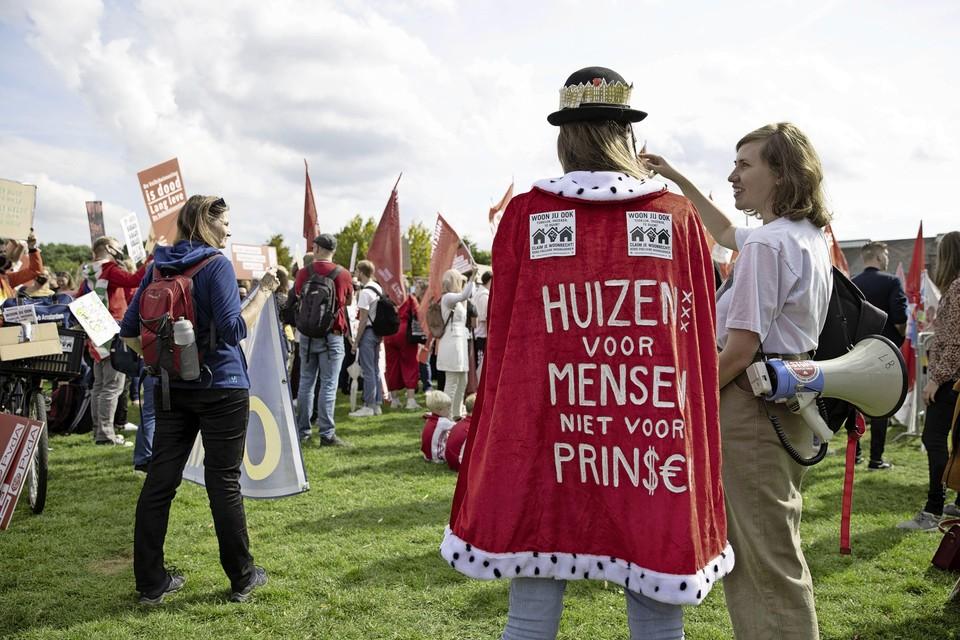 Demonstranten protesteren tegen de problemen op de woningmarkt in het Westerpark.