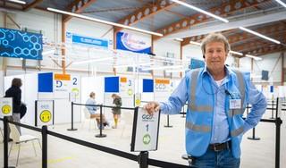 Globetrotter Jules Albers nu coördinator vaccinatiecentra in Leidse en Alphense regio en Duin- en Bollenstreek