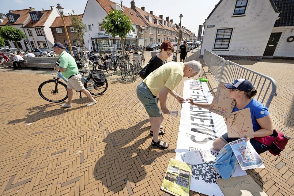 Demonstranten rondom de 'GGD-prikbus', vorige week in Katwijk.