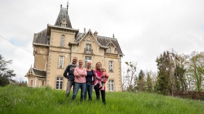 Keerzijde succesvolle realityserie Château Meiland: Fans van Noordwijks gezin liggen in de bosjes van het kasteel [video]