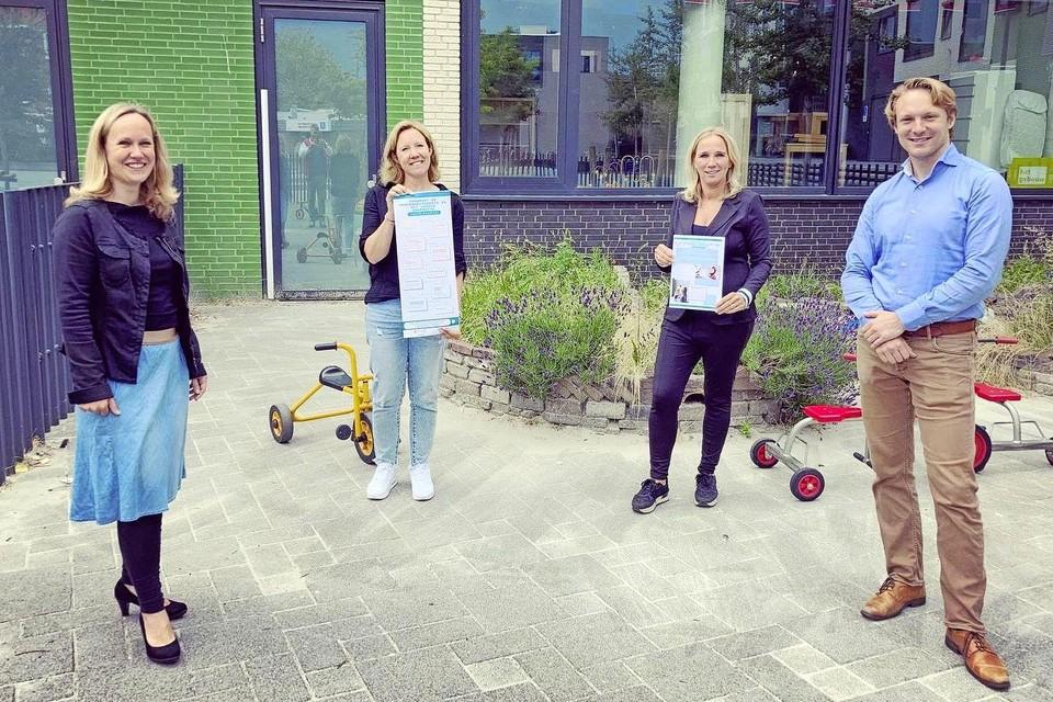 Suzanne van der Jagt (links) en Rembrandt Rowaan (rechts) presenteerden hun pamflet aan vertegenwoordigers van de Viersprong en stichting Peuterspeelzalen Leiden