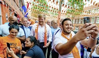 Koning drukt met royaal gebaar uit: 'het kan weer'. En geeft hiermee een slecht voorbeeld | commentaar
