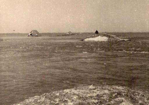 Duitsers blazen de dijk bij Wieringermeer op, 20.000 hectare onder water, duizenden bewoners op de vlucht: 'Je zag een watermuur op je afkomen' [video]