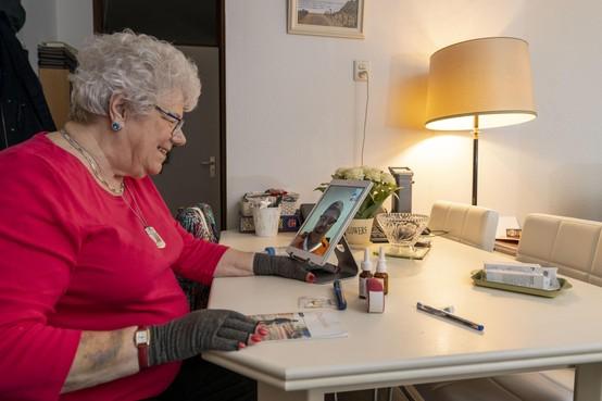 Inge Boutkan (80) uit Lisse gaat met thuiszorg via iPad-scherm de toekomst tegemoet
