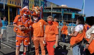 Oranjefans druppelen Johan Cruijff ArenA binnen. Ze zijn blij dat ze eindelijk weer naar een wedstrijd kunnen: 'Bij Oranje is er nooit gezeur, het is altijd gezellig' [video]