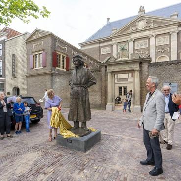 Standbeeld van Rembrandt onthuld voor de deur van Museum De Lakenhal